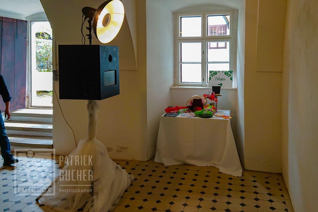 Aufgebaute Fotobox bei einer Hochzeit im Schloss Nikitsch